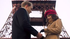 Mulher que hesita e que flerta com seu noivo, primeira data, romance em Paris filme