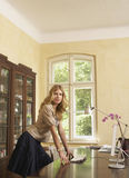 Mulher que inclina-se na tabela do estudo em casa Fotografia de Stock Royalty Free