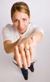 Mulher que indica o anel de noivado Foto de Stock