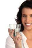 Mulher que indica o vidro da água imagens de stock