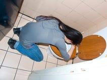 Mulher que joga acima no toalete Fotografia de Stock Royalty Free