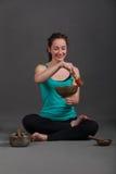 Mulher que joga bacias do canto Imagem de Stock Royalty Free