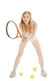 Mulher que joga a bola de tênis de espera do tênis Fotografia de Stock