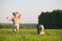 Mulher que joga com cão Imagem de Stock Royalty Free