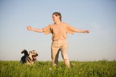 Mulher que joga com cão Fotos de Stock Royalty Free