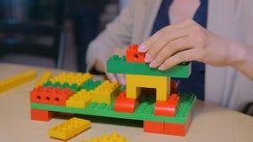Mulher que joga com construtor colorido vídeos de arquivo