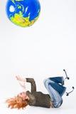 Mulher que joga com o globo imagens de stock