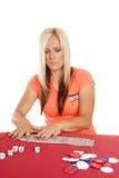 Mulher que joga com os cartões que colocam os para fora Fotos de Stock