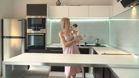 Mulher que joga com seu cão em casa video estoque