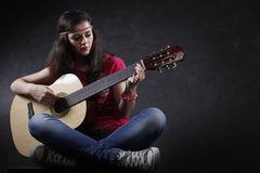 Mulher que joga a guitarra imagens de stock royalty free