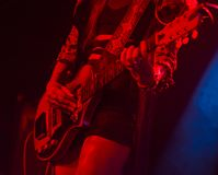 Mulher que joga a guitarra elétrica na fase foto de stock royalty free