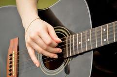 Mulher que joga a guitarra preta Imagem de Stock