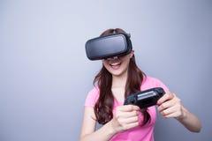 Mulher que joga jogos com vr Foto de Stock
