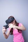 Mulher que joga jogos com vr Fotos de Stock Royalty Free