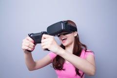 Mulher que joga jogos com vr Imagem de Stock Royalty Free