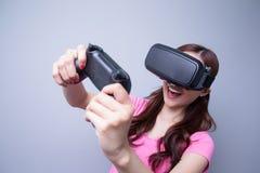Mulher que joga jogos com vr Imagem de Stock