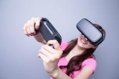 Mulher que joga jogos com vr Foto de Stock Royalty Free