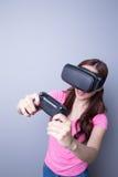 Mulher que joga jogos com vr Fotografia de Stock Royalty Free