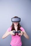 Mulher que joga jogos com vr Imagens de Stock Royalty Free