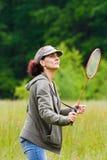 Mulher que joga o badminton Fotografia de Stock
