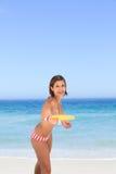 Mulher que joga o frisbee fotografia de stock royalty free
