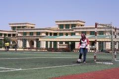 Mulher que joga o futebol do futebol Fotos de Stock Royalty Free