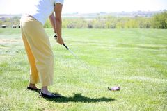 Mulher que joga o golfe que conduz a esfera fotos de stock