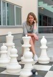 Mulher que joga o jogo de xadrez Imagens de Stock