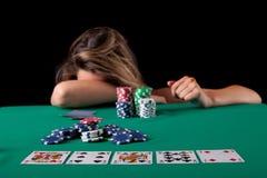 Mulher que joga o póquer fotografia de stock