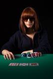 Mulher que joga o póquer imagem de stock royalty free