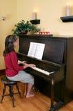 Mulher que joga o piano Imagens de Stock