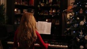 Mulher que joga o piano video estoque