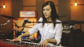 Mulher que joga o piano vídeos de arquivo
