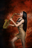 Mulher que joga o saxofone Imagens de Stock