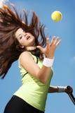 Mulher que joga o tênis Fotografia de Stock Royalty Free