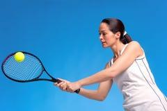 Mulher que joga o tiro do antebraço do tênis Fotografia de Stock