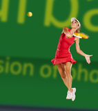 Mulher que joga o tênis Fotos de Stock