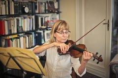 Mulher que joga o violino imagens de stock royalty free