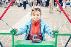 Mulher que joga um jogo exterior Fotografia de Stock Royalty Free