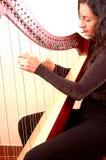 Mulher que joga uma harpa Imagens de Stock Royalty Free