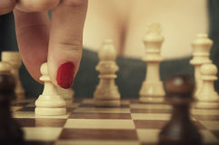 Mulher que joga a xadrez Imagens de Stock Royalty Free