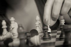Mulher que joga a xadrez Fotos de Stock Royalty Free