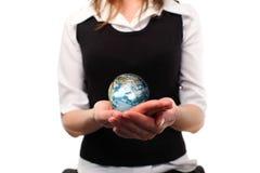 Mulher que jolding um globo em sua mão imagens de stock