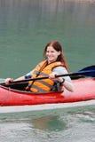 Mulher que kayaking Fotos de Stock