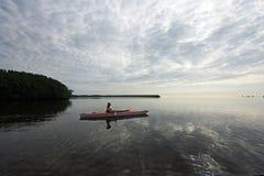 Mulher que kayaking no parque nacional de Biscayne, Florida fotografia de stock royalty free