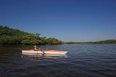 Mulher que kayaking no parque nacional de Biscayne, Florida imagem de stock royalty free