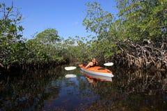 Mulher que kayaking no parque nacional de Biscayne, Florida fotos de stock royalty free