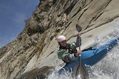 Mulher que Kayaking no rio da montanha foto de stock