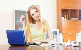 Mulher que lê sobre medicinas no Internet Fotografia de Stock