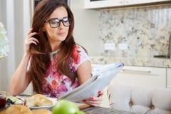 Mulher que lê um jornal imagens de stock royalty free